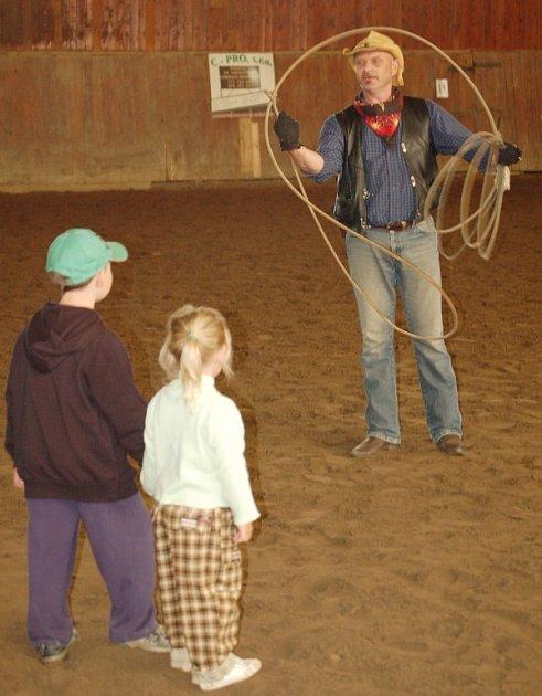 Děti se dívají na práci s lasem, po chvíli před ním začali utíkat, aby je oko lasa nedostihlo.