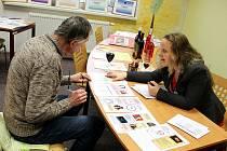 Vedoucí dospělého oddělení Michaela Hrabinská pomáhá jednomu ze čtenářů vyluštit zábavný kvíz o knihovnících.