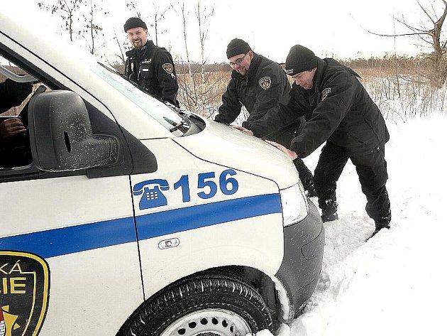 Se sněhem se občas potýkají i litvínovští strážníci. Zapadli s pojízdnou služebnou.