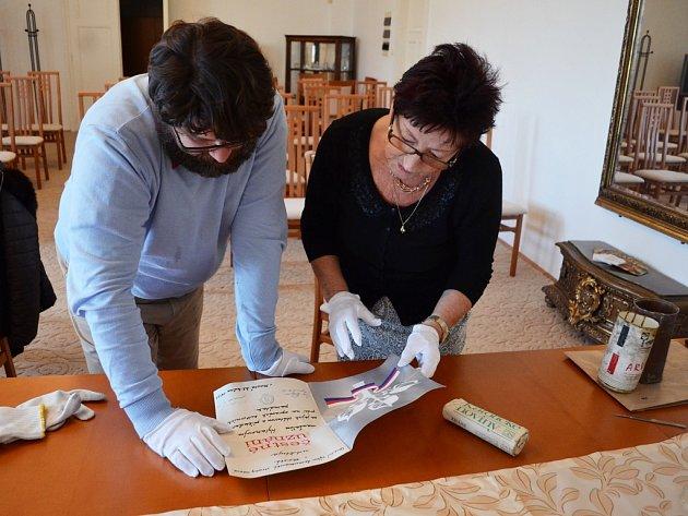 Otevírání schránky z věžičky historické budovy v Hoře Svaté Kateřiny proběhlo v Oblastním muzeu v Mostě.