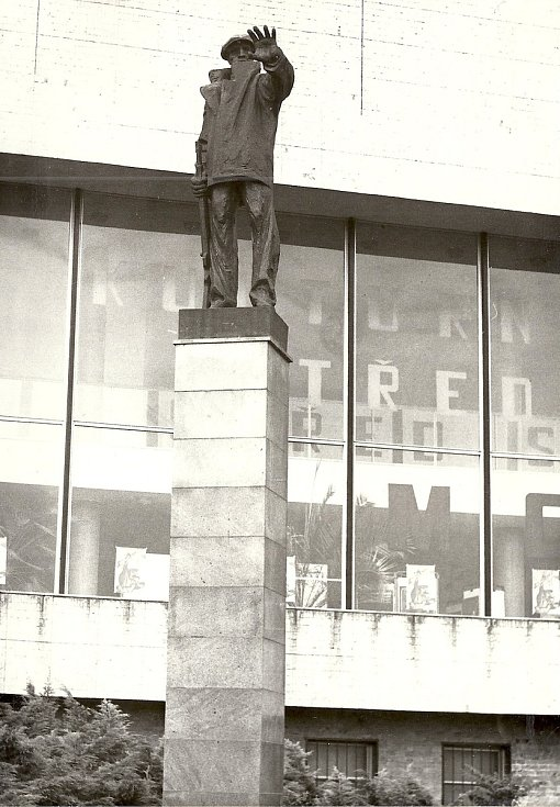 Toto je socha milicionáře, která stála u kina Zahražany a v roce 1990 byla svržena a odvezena do mosteckého muzea.