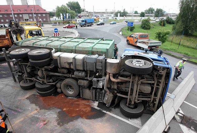 Kamion skončil u kruháku v Záluží na boku