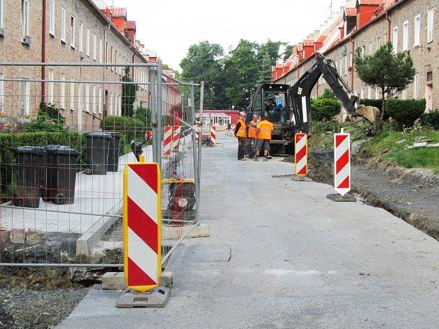 Rozkopané chodníky na Osadě.