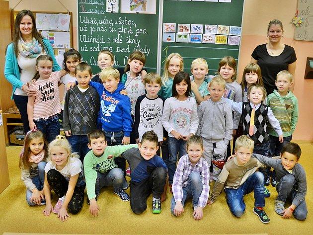 Žáci 1.C v10. ZŠ Most střídní učitelkou Danielou Juřinovou (vlevo) a asistentkou pedagoga Petrou Mandákovou
