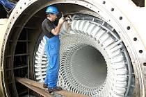 Oprava statoru během odstávky v Elektrárně Počerady.