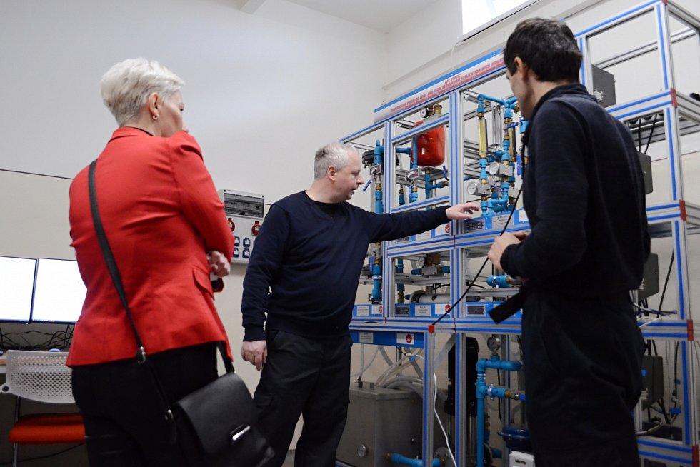 Unipetrol otevřel tréninkové centrum. Nové zaměstnance bude školit na zmenšených modelech provozu.