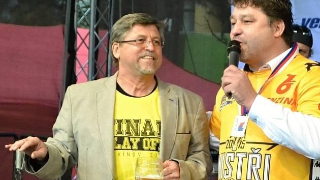 ZAPLATIL LETADLO. Jihočecha Vladimíra Koubka (vlevo) představil Robert Kysela tisícům lidí na náměstí.