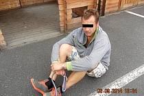 Jeden z mužů, kterého strážníci zadrželi.