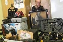Mostecký policejní vyšetřovatel Radek Švarc třídí zabavený lup věcí, které pocházejí z dosud 7 objasněných krádeží na Mostecku.