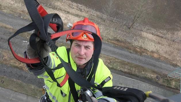 Horolezci na střeše sila v Sedleci.
