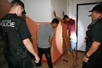 Zákrok policie na chodbě domu v Mostě.