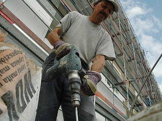 Pracovník firmy Herkul při rekonstrukci fasády na bloku 391..