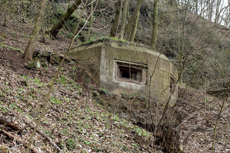 """Druhý """"řopík"""" u slinice Nové Stadice - Řehlovice, který má bnažený betonový základ."""