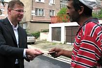 Starosta Litvínova předává stravenky nálezci obálky s penězi.