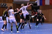 České reprezentantky (v bílém) v zápase proti Černé Hoře, který se hrál v mostecké sportovní hale.