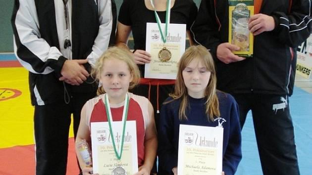 Dole zleva: L. Stachová a M. Adamová. Nahoře zleva: Rozhodčí Z. Herink, M. Jirsová a trenér S. Stach.