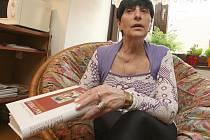 Exmanželka Ivana Hlinky Květoslava se svou knihou o rozporuplném a složitém životě s českou hokejovou legendou.
