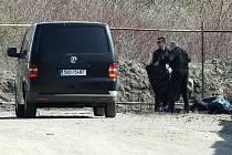 Pracovníci pohřební služby mají smutnou povinnost: naložit mrtvé tělo.