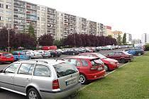 Místo, kde by měl v Mostě vyrůst parkovací dům pro 500 aut.