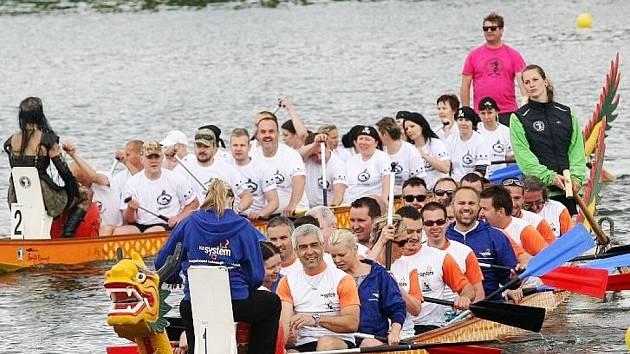 Loňský závod dračích lodí na Matyldě.