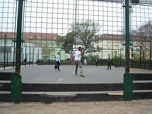Centrální hřiště v mostecké ulici W. A. Mozarta navštěvují hlavně romské děti. Kritici tvrdí, že ostatní se tam bojí chodit, poukazují na porušování provozního řádu, neklid a výtržnosti v okolí.