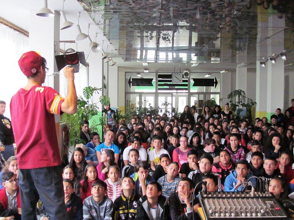 Žákům také zazpíval několik svých písniček. Mnohokrát promluvil romsky.