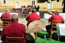 Na nádvoří se v létě konaly koncerty dechové a folkové hudby.
