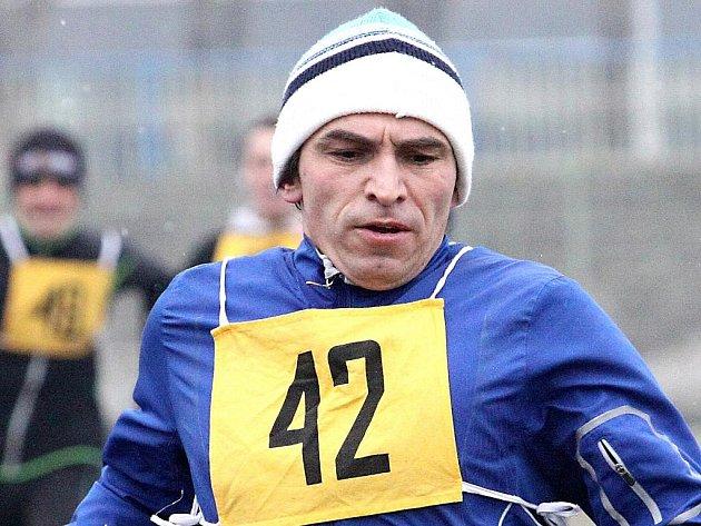 Kadaňský běžec Karel Vodrážka byl v minulém závodě Zimního poháru nejrychlejším čtyřicátníkem a v průběžném bodování tuto kategorii vede.