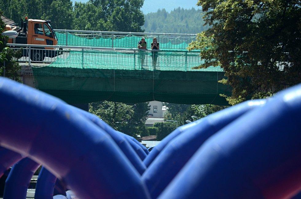 Most v Mezibořské ulici v Litvínově na snímku z roku 2019. Tehdy si pod ním lidé užívali obří skluzavku