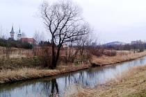 Vlevo, podél řeky Bíliny, povede silnice, která má oživit okolí Jezera Most. Stavba má začít letos a trvat tři roky.