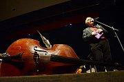 Petr Macek zahajuje v mosteckém divadle závěrečný koncert 25. sezony Festivalového orchestru.