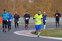 Běžci na okruhu mosteckého autodromu.