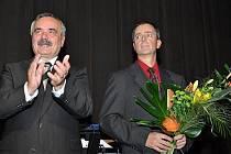 Trenér mosteckých softbalistů Pavel Kasal (s kyticí) dostal Cenu města Mostu za rok 2010.