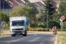 Chodci jdou po silnici ze Vtelna do Mostu po silnici, protože chodník chybí. Léto 2013.