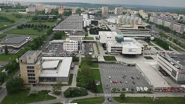 Pohled přes Moskevskou ulici na centrum Mostu.