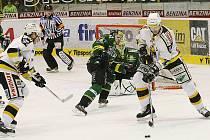 Litvínovské hokejisty (v bílém) čekají poslední tři zápasy základní části extraligy, v nichž mohou potvrdit play off.