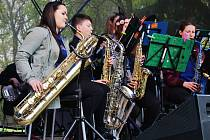 Lucie Loosová (vlevo) hraje v Junior Big Bandu na saxofon. Orchestr mladých jazzmanů z Litvínova uspěl v soutěži orchestrů v konkurenci 49 uskupení