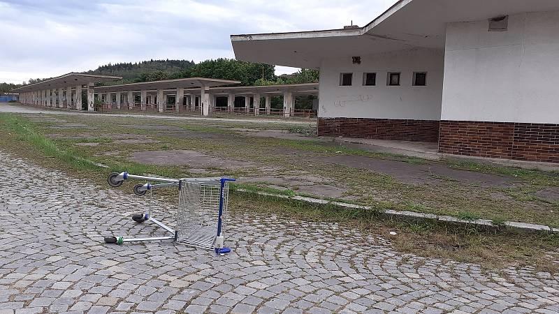 Nákupní vozík u nádraží v Mostě.