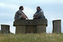 Luděk Prošek (vpravo) na kopci v mosteckém parku Šibeník na díle s názvem Rozprava od Jiřího Němce. Kamenný stůl a jeho umístění lze podle Proška ocenit. To je ale výjimka.