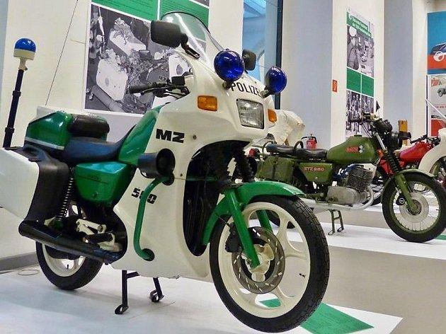 V Dopravním muzeu v Drážďanech byla zahájena výstava Trophys & Trophäen o historii výroby motorek značky MZ, zkratka jména továrny Motorrradwerk Zschopau.