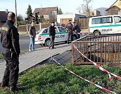 Policisté zajistili místo nálezu těla v potoce.