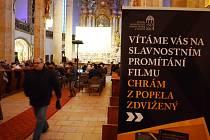 V děkanském chrámu v Mostě byla premiéra nového dokumentárního filmu Chrám z popela zdvižený, který mapuje historii této národní památky.