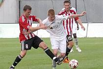 Mostečtí fotbalisté (v bílém Lukáš Schut) druhou ligu sice zachránili, ale ještě nedostali licenci.