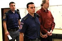 Obžalovaný Pavel Š. jde s eskortou k mosteckému soudu.