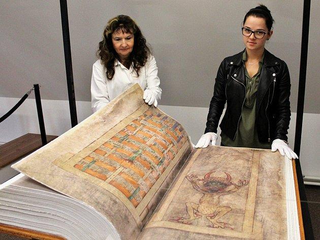 Pracovnice muzea Alena Kvapilová (vlevo) a Michaela Stehlíková listují takzvanou Ďáblovou biblí