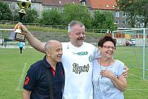 Emil Scheithauer z týmu Baníku Most s vítěznou trofejí.