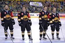 V Litvínově před začátkem hokejového utkání poděkovali hasičům a policistům.