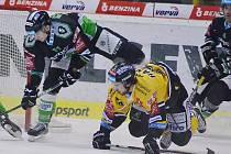 Martin Hanzl (ve žlutém) rozhodl zápas s Mladou Boleslaví.