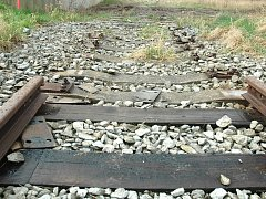 Ukradené koleje na trati u Obrnic.