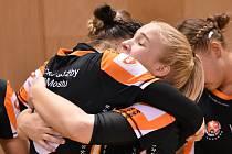Veronika Mikulášková (vlevo) v radostné euforii mačká spoluhráčku Adélu Stříškovou. Obě mostecké házenkářky čeká Liga mistrů.